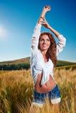 Femme sur le gisement de céréale d'or en été photographie stock