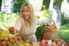 Femme sur le marché de fruit Photographie stock libre de droits