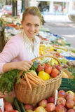 Femme sur le marché de fruit Photo stock