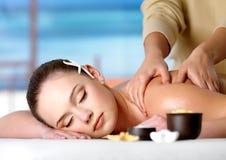 Femme sur le massage de station thermale Photos libres de droits