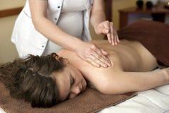 Femme sur le massage de station thermale photographie stock