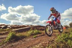 Femme sur le motocross d'enduro dans le mouvement, désir pour la victoire, dynamique de vitesse photo stock