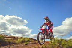 Femme sur le motocross d'enduro dans le mouvement, désir pour la victoire, dynamique de vitesse images stock
