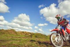 Femme sur le motocross d'enduro dans le mouvement, désir pour la victoire, dynamique de vitesse images libres de droits