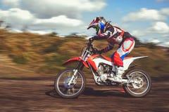 Femme sur le motocross d'enduro dans le mouvement, désir pour la victoire, dynamique de vitesse image libre de droits