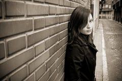 Femme sur le mur photo libre de droits