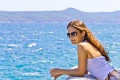 Femme sur le paquet par la mer Image libre de droits