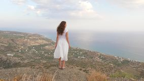 Femme sur le regard de point de visionnement sur le panorama de mer, Crète banque de vidéos