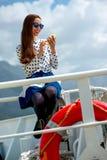 Femme sur le revêtement ou le ferry de croisière Images libres de droits