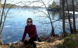 Femme sur le rivage photo libre de droits