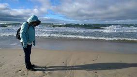 Femme sur le rivage de la mer baltique photographie stock