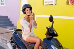 Femme sur le scooter Photographie stock libre de droits
