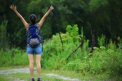 Femme sur le sentier de randonnée Photographie stock libre de droits