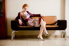 Femme sur le sofa Photographie stock libre de droits