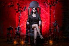 Femme sur le trône dans la chambre rouge Photo stock