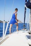 Femme sur le voilier photos stock
