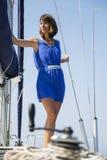 Femme sur le voilier images libres de droits