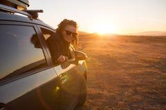 Femme sur le voyage par la route photo stock