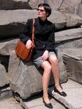 Femme sur les roches image stock