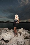 Femme sur les roches Images libres de droits