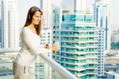 Femme sur un balcon ayant beaucoup d'étages Photo stock