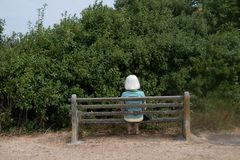 Femme sur un banc sans la vue photo libre de droits