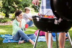 Femme sur un barbecue de jardin Photo stock