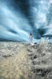 Femme sur un chemin Photo libre de droits
