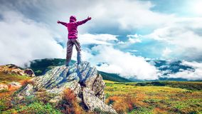 Femme sur un dessus de montagne