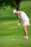 Femme sur un putting green Photos libres de droits