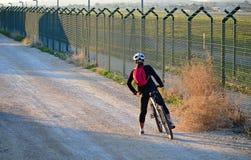 Femme sur un vélo Photographie stock