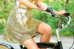 Femme sur un vélo Photo stock