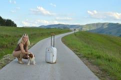 Femme sur une attente de route Images libres de droits