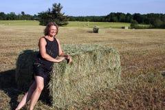 Femme sur une balle de foin Photo libre de droits