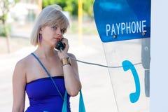 Femme sur une cabine téléphonique photos libres de droits