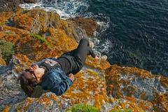 Femme sur une falaise Photo stock