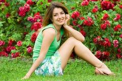 Femme sur une herbe dans le domaine Photographie stock