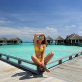 Femme sur une jetée de plage chez les Maldives Images stock