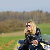 Femme sur une moto de sports Images libres de droits