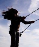 Femme sur une oscillation. Photos stock
