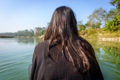Femme sur une pirogue Image libre de droits