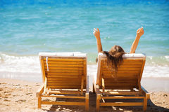 Femme sur une plage tropicale sur un salon de cabriolet photographie stock libre de droits