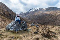 Femme sur une roche photo stock
