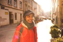 Femme sur une rue de ville images stock