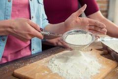 Femme tamisant la farine Image libre de droits