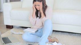 Femme tapant sur l'ordinateur portatif banque de vidéos