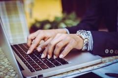 Femme tapant sur l'ordinateur portatif Fin vers le haut Image libre de droits