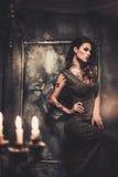 Femme tatouée dans le vieil intérieur Photographie stock libre de droits