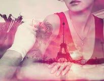 Femme tatouée et Tour Eiffel de double exposition Photo filtrée par style de vintage Photographie stock