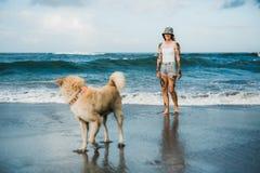 Femme tatouée marchant à la plage Photos libres de droits